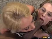 Majka i ćerka probaju crni kurac
